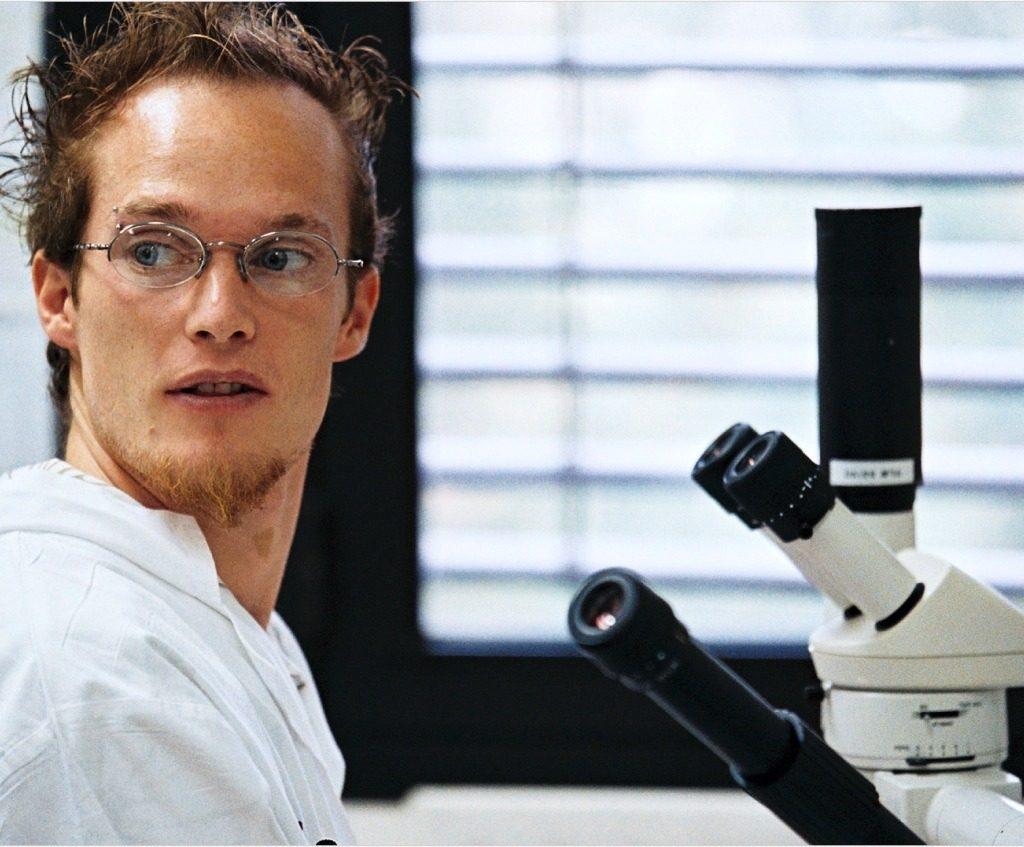 Chercheur devant un microscope - Genopole Evry