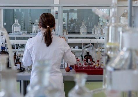 Laboratoire métier - jeune femme devant une paillasse