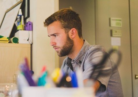 Jeune homme préparant un dossier de candidature