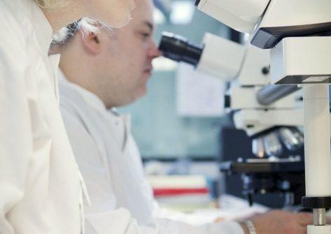 Chercheurs à Evry avec des microscopes