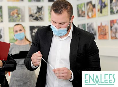 Enalees - Laurent Thiery faisant une démonstration du test de détection de la covid-19